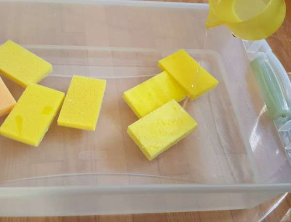 toddler water play with sponges pouring