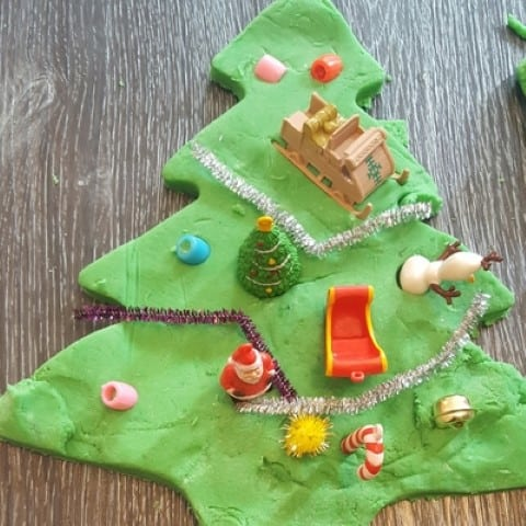 Giant Christmas tree inviation to play playdough finished 2 (Small)